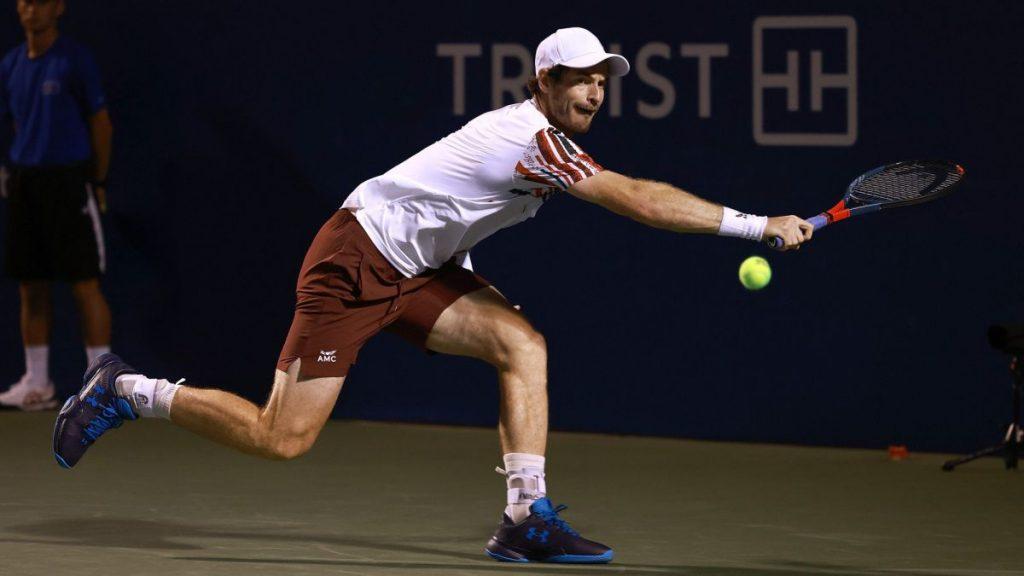 Andy Murray devuelve una bola durante su partido ante Noah Rubin en primera ronda del Winston-Salem Open en el Wake Forest Tennis Complex de Winston Salem, North Carolina.