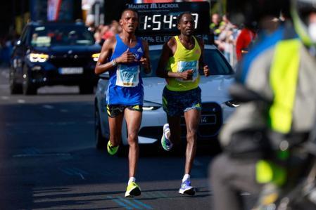 Yegun and Adula, in yellow, at kilo 39, at the Berlin Marathon