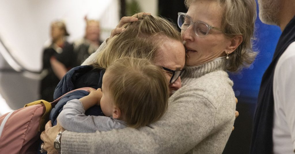 Emotional images of reunion in Australia and New Zealand: They opened their air bubble without being isolated for more than a year.