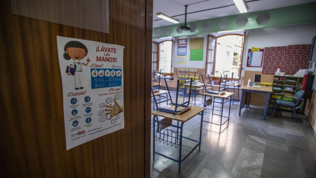 Salud studies the case of a teacher from Granada who does not want to wear a mask in class