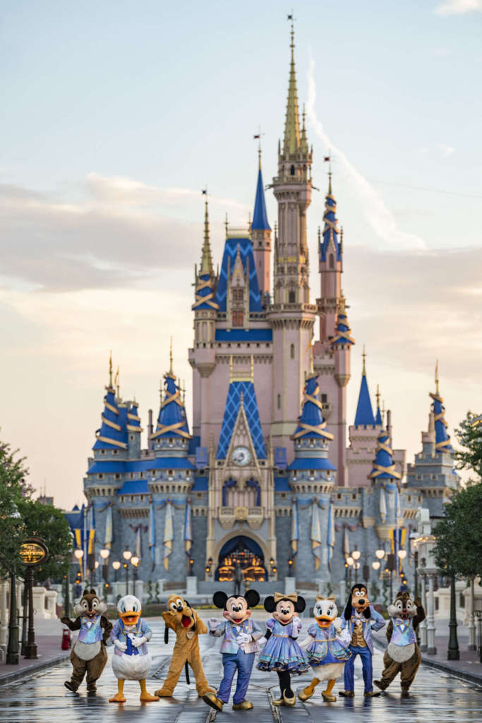 On October 1, 1971, Walt Disney World Resort opened its doors to visitors.  More than 10,000 people came that day to see Walt Disney's dream come true, embodied in a total of 23 attractions, although he is not the creator of the fantasy world, who died at the end of 1966.