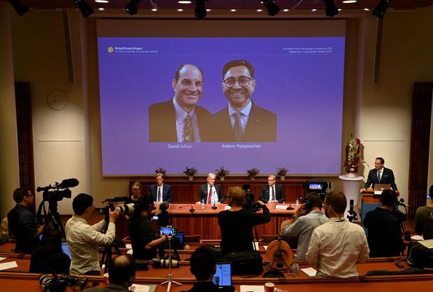 David Julius (1st) and Erdem Patbutian share the award.  (Photo: Jonathan Naxstrand/AFP)