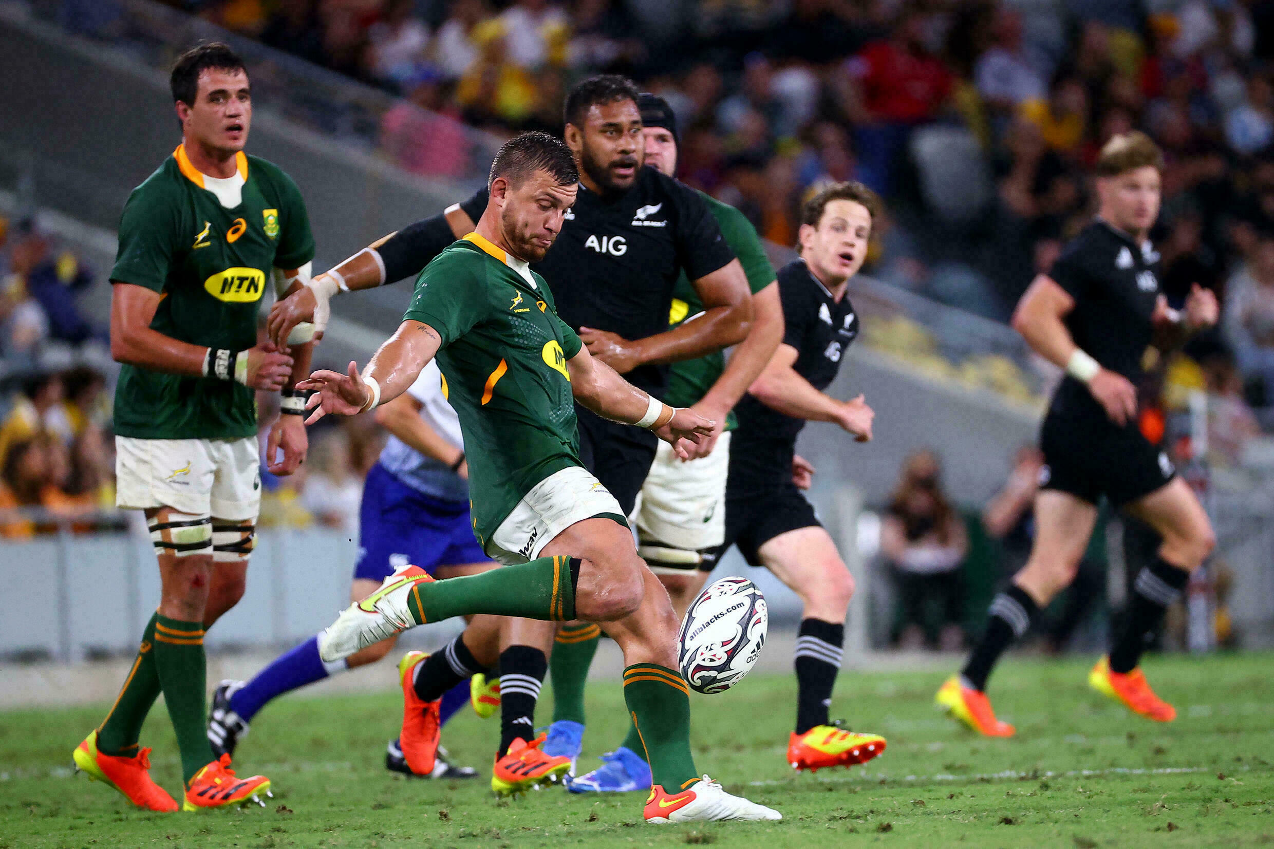 South Africa's Huntrey Pollard kicks the ball against a New Zealand rival during a game in Downsville (Australia) on September 25, 2021.
