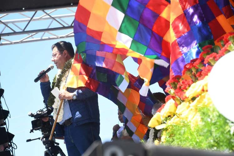 Government leads whipalazo in Bolivia on Decolonization Day - Prensa Latina